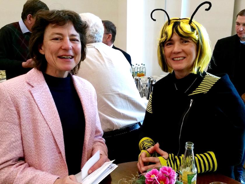 Regierungsdirektorin im StMELF, Dr. Regina Eberhart mit der Bamberger Schulbiene.