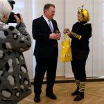 """Dr. Helmut Brunner erhält ein Honigglas von Ilona Munique anlässlich der Preisübergabe """"Imkernachwuchsförderung"""" (SMELF München)"""