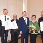 """Gruppenbild zur Preisverleihung zur """"Imkernachwuchsförderung (StMELF) mit Dr. Helmut Brunner"""