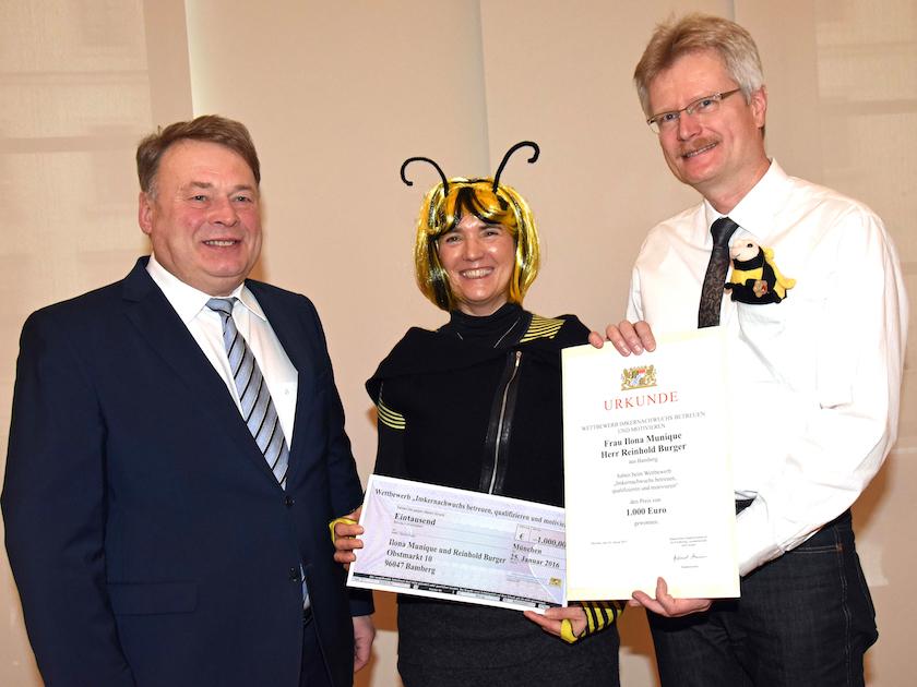 Staatsminister Dr. Helmut Brunner, Ilona Munique, Reinhold Burger bei der Urkundenübergabe zur Imkernachwuchsförderung (StMELF)