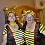 Jeannette und Freundin als Faschingsbienen