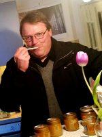 Bienenpate Dietmar Schalkhäuser beim Honigverkosten