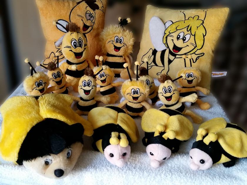 Frisch gewaschene Plüschbienen warten auf ihren Saisoneinsatz in der Bienen-InfoWabe