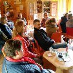 Aufmerksame Gäste beim Familienausflug des Katholischen Frauenbunds Gerach in der Bienen-InfoWabe