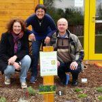 Elke, Ilona und Thomas am neuen Kräuterbeet der Bienen-InfoWabe