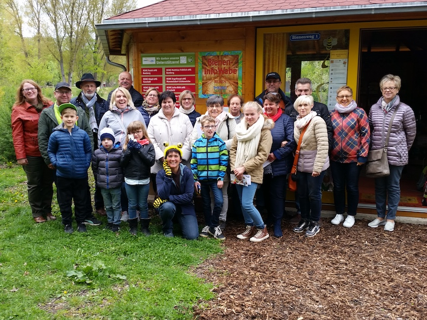 Gruppenbild des Katholischen Frauenbunds Gerach an der Bamberger Bienen-InfoWabe