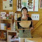 Bamberger Schulbiene erläutert Rähmchen mit Wachswildbau