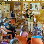 Bamberger Schulbiene erläutert Fotorähmchen