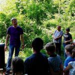 Reinhold mit Schülern am Lehrbienenstand