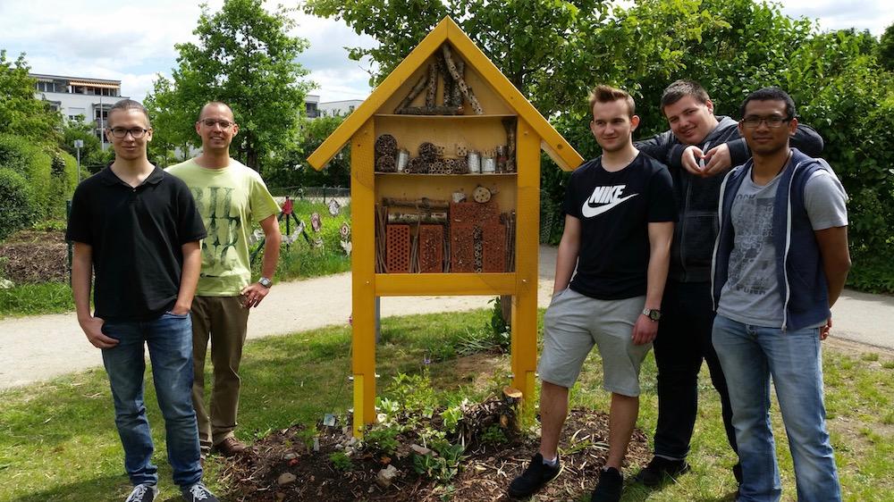 Wirtschaftsschüler am Wildbienenhotel am Bienenweg 1