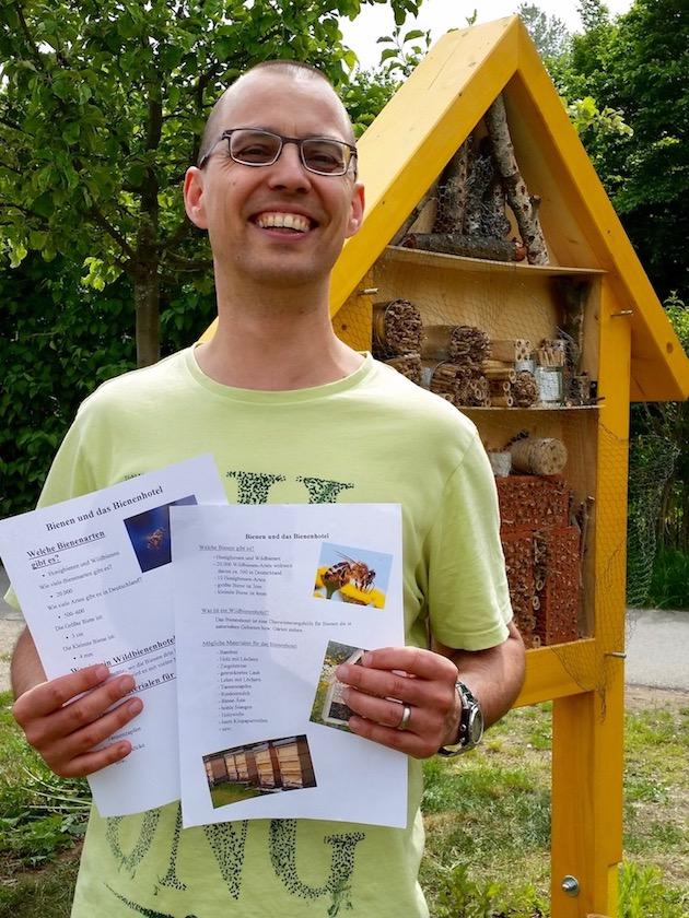 Daniel Schiller überreicht die Gruppenarbeiten
