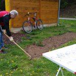 Vorbeitung des Schau-Staudengartens an der Bienen-InfoWabe