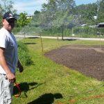 Eingießen der frisch angesäten Blühwiese mit Nachbar Ralfs Hilfe