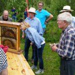 Leihgabe Bienenschaufenster von Imker Erwin; Bienenvortrag BLIB im Kreislehrgarten Oberhaid