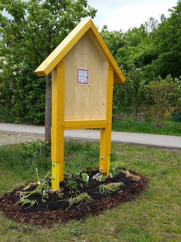 Neues Wildbienenhotel im Staudenbeet
