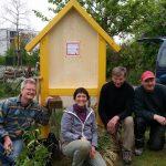 Aufbaugruppe Wildbienenhotel im Erba-Park