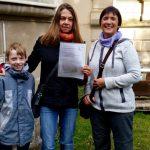 Übergabe der Urkunde an Bienenpatin Barbara Fendrich