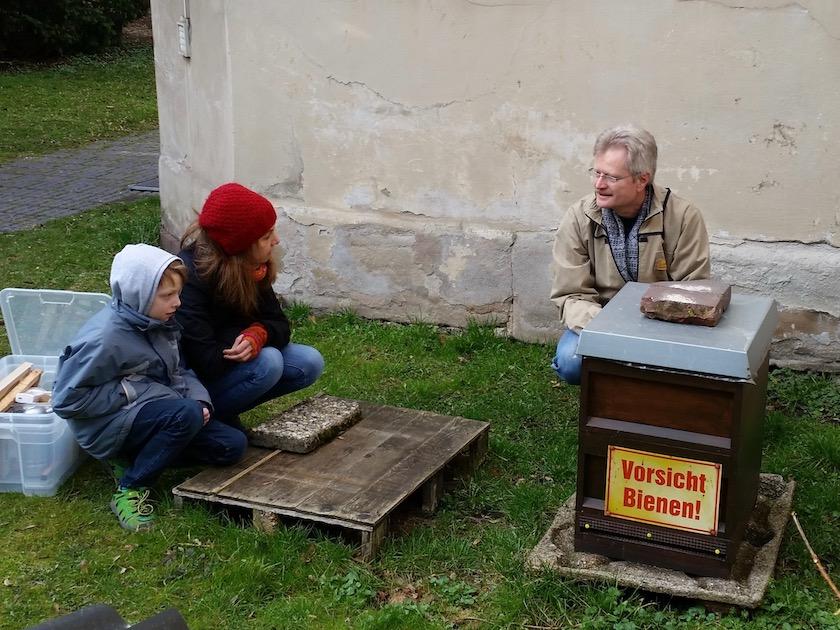 Reinhold erklärt den Aufbau eines Bienenstockes