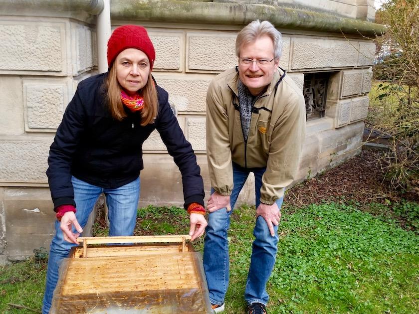 Die neue Bienenpatin greift beherzt zu