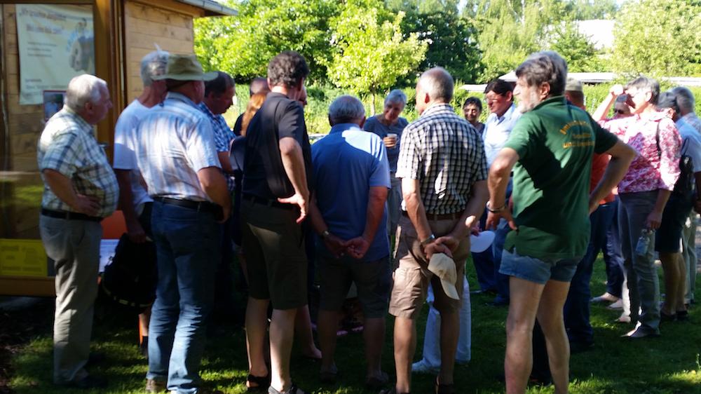 Teilnehmende von Heinrich Zwosta im Außenbereich der Bienen-InfoWabe