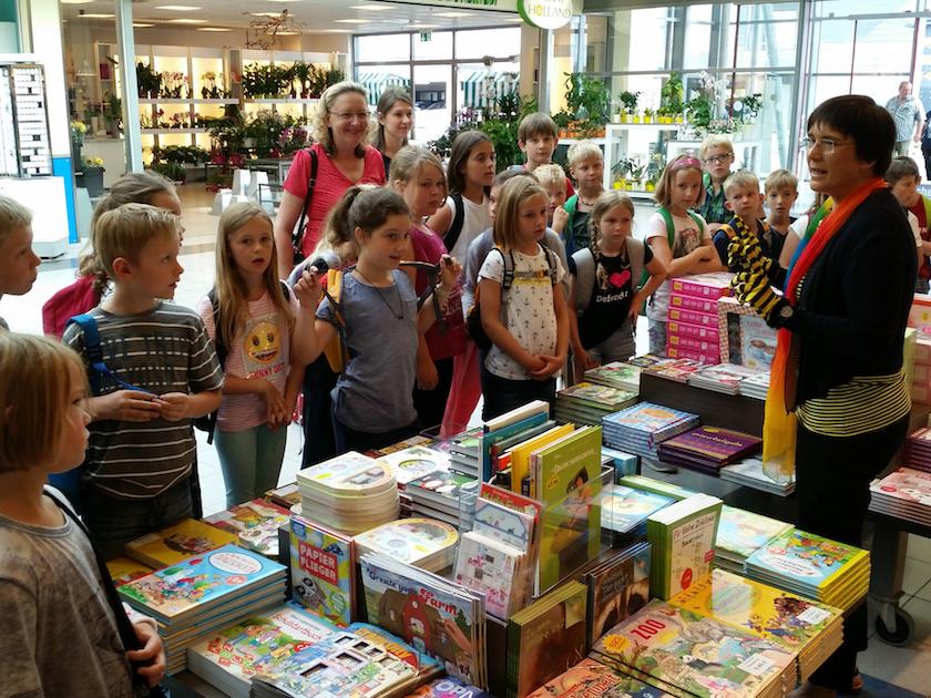 Klasse 3a vor der Buchhandlung Hübscher, Hallstadt