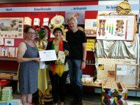 Spendenüberreichung durch Frau Fichtner von der Buchhandlung Hübscher