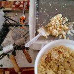 Entdeckelungsgeschirr und Entdeckelungswachs nach getaner Arbeit