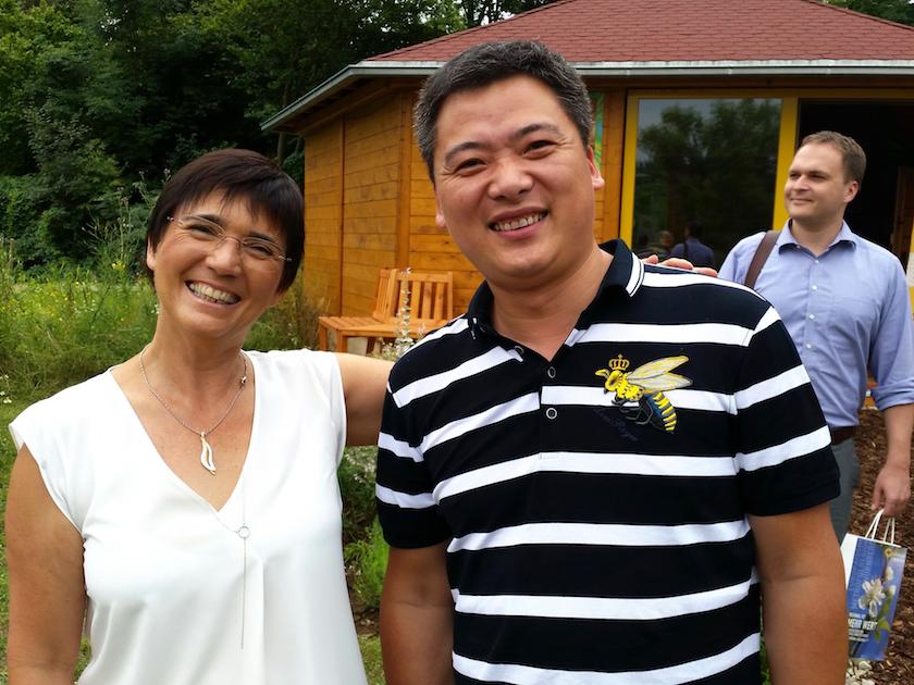 Ilona Munique neben Lehrer der chinesischen Delegation