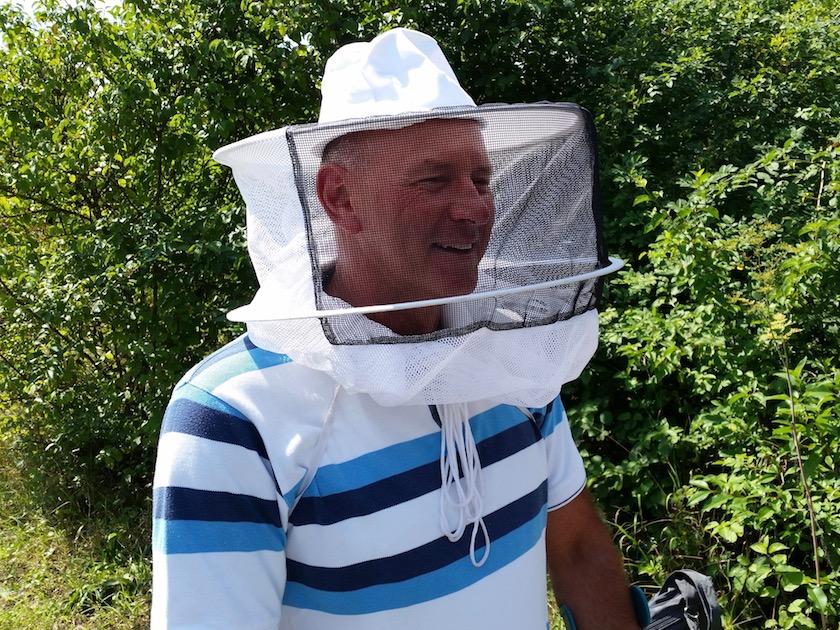 Bienenpate Hans Zirkel mit Imkerhut