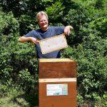 """Reinhold zieht Honigwabe aus Volk von Bienenpatin Felicitas """"Fee"""" Sauer"""