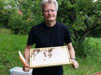 Reinhold zeigt Honigwabe