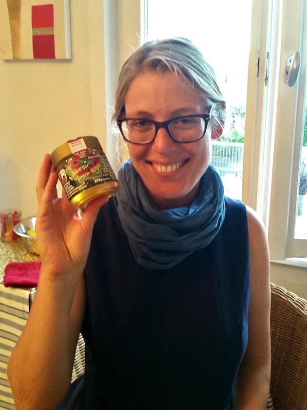 Erstes selbstmanufaktiertes Honigglas für Yelva Larsen
