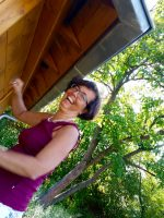 Gast Michaela Hock, hier beim Fliegengittermontieren an der Bienen-InfoWabe