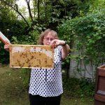Biggi zeigt ihre selbst geerntete Honigwabe