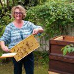 Elke zeigt ihre selbst geerntete Honigwabe