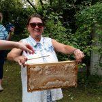 Jeannette zeigt ihre selbst geerntete Honigwabe