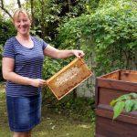 Rita zeigt ihre selbst geerntete Honigwabe
