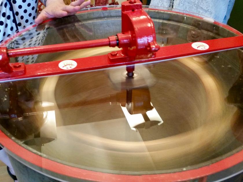Die Honigschleuder im Betrieb