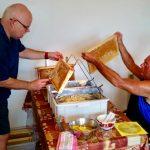 Stefan und Hans entdeckeln eine Honigwabe