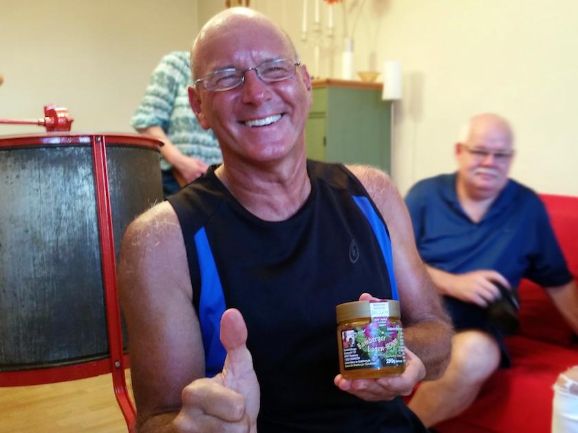 Hans mit seinem selbst abgefüllten Bamberger Lagenhonig