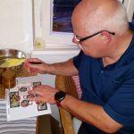 Stefan etikettiert seinen selbst abgefüllten Bamberger Lagenhonig