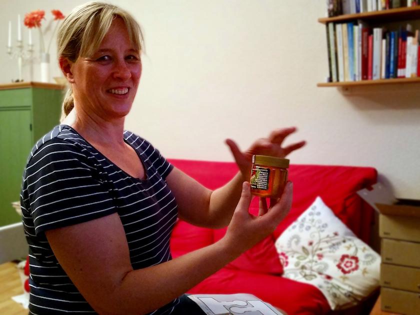 Rita etikettiert ihren selbst abgefüllten Bamberger Lagenhonig
