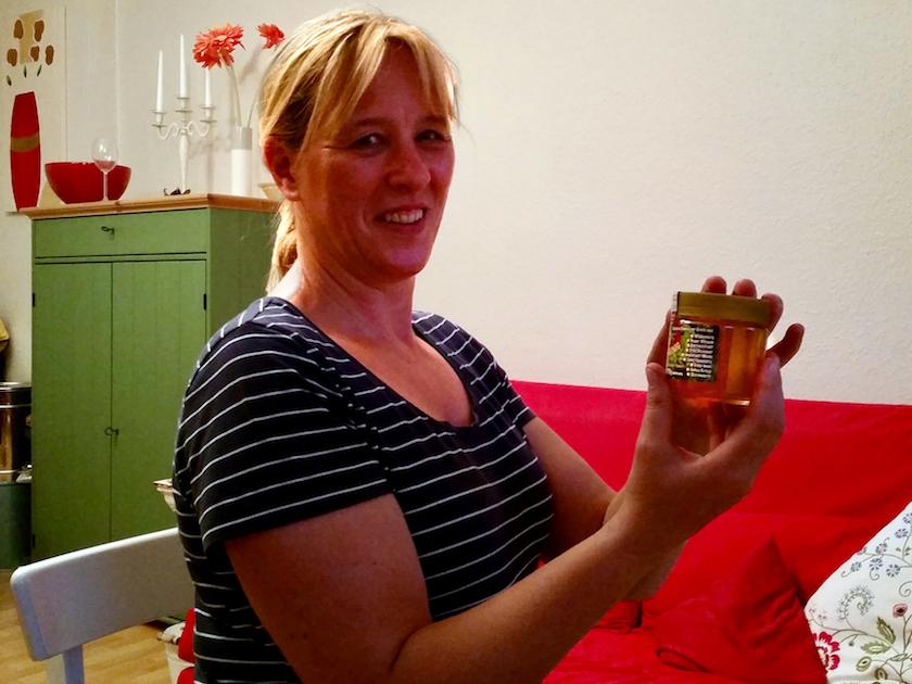 Rita mit ihrem selbst abgefüllten Bamberger Lagenhonig