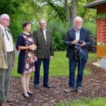 """Erste Gäste –Walter, Raimund Ott, Josef """"Jupp"""" Schröder mit Gastgeberin Ilona vor der Bienen-InfoWabe"""