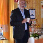 """Jurymitglied Josef """"Jupp"""" Schröder beim Sektempfang"""