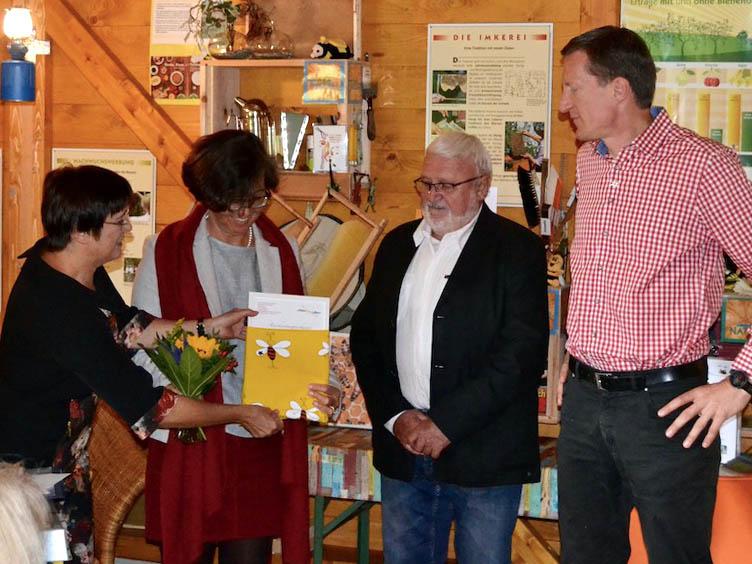Anerkennungsurkunde, überreicht an Berhard Kellermann und Jobst Giehler für den Förderverein zur Nachhaltigkeit der Landesgartenschau Bamberg 2012 e. V. durch Michaela Hock