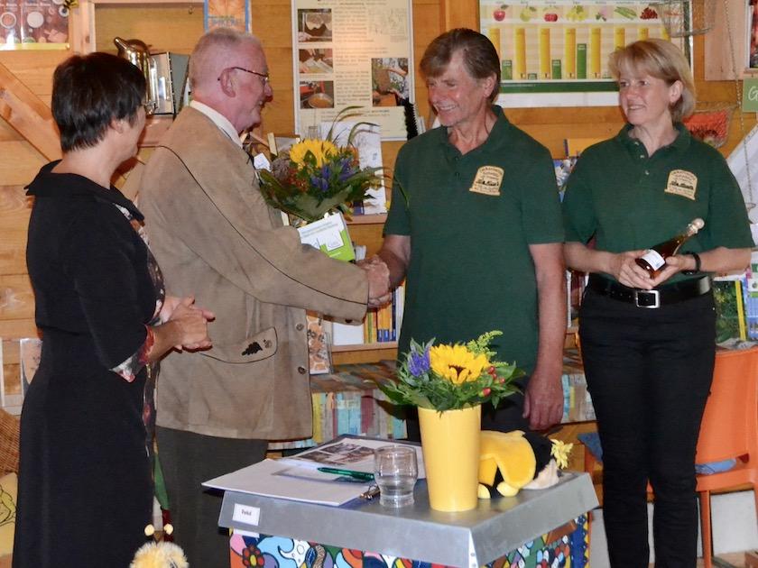 """1. Preis """"Honiggold"""", überreicht an Herbert Beck und Cornelia Schecher für den Imkerverein Scheßlitz durch Jurymitglied Walter Achtziger."""