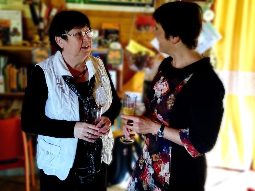 Sektempfang, hier mit Helferin Gabriele Kellermann