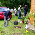 Gabriele Loskarn schaufelt ein Loch für die neue Rose