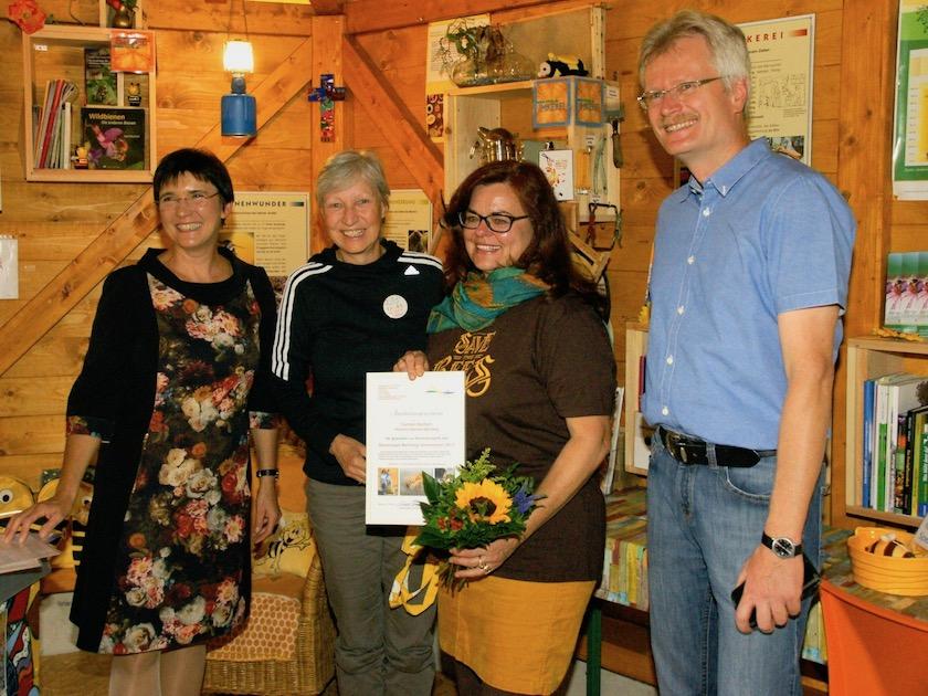 Anerkennungsurkunde, überreicht an Carmen Dechant, Hofstadt-Gärtnerei, durch Gabriele Loskarn